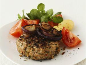 Gegrillte Buletten mit Tomaten und Zwiebeln Rezept