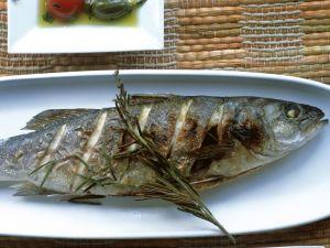 Gegrillte Forellen mit marinierten Kirschtomaten und Kapern Rezept