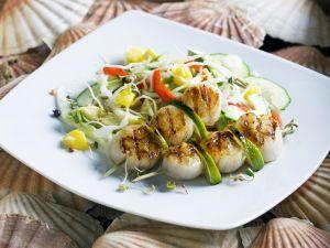 Gegrillte Jakobsmuscheln mit Gemüse-Mango-Salat Rezept