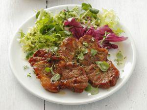 Gegrillte Schweinefleisch mit buntem Salat Rezept