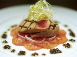 Gegrillte Thunfischsteaks mit Tomate und Kaviar Rezept