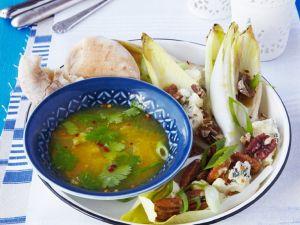 Gegrillter Chicoreesalat mit Nüssen, Gorgonzola und Orangenvinaigrette Rezept