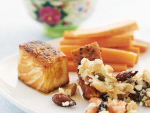 Gegrillter Lachs mit Gemüsesalat, Mandeln und Karotten Rezept