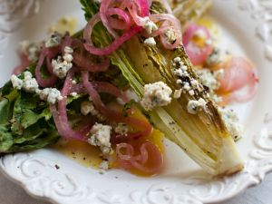 Gegrillter Salat mit Käse Rezept