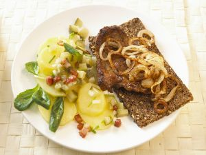 Gegrillter Schweinenacken mit Kartoffelsalat Rezept