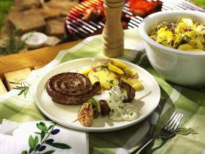 Gegrillter Spieß und Wurst mit Kartoffeln Rezept