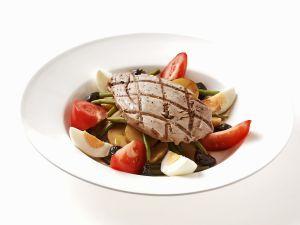 Gegrillter Thunfisch auf Gemüsesalat mit Ei Rezept