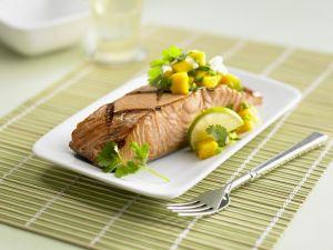 Gegrilltes Lachsfilet mit Mangosalat Rezept
