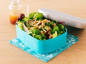Gemischter Blattsalat mit Gurke und Lachs Rezept