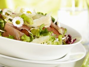 Gemischter Blattsalat mit Schinken und Parmesan Rezept