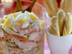 Gemischter Wurstsalat mit Käse, Paprika, Eiern und cremigem Dressing Rezept