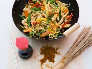 Gemüse mit Nudeln und Putenstreifen aus dem Wok Rezept