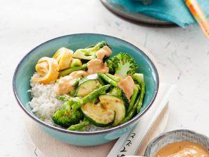 Gemüse mit Reis und Erdnusscremesauce Rezept