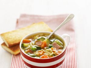 Gemüse-Nudel-Suppe mit Speck Rezept