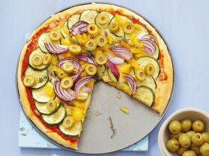 Gemüse-Pizza mit Zucchini, Paprika und Oliven Rezept