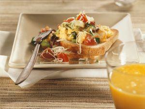 Gemüse-Rührei auf Toast Rezept