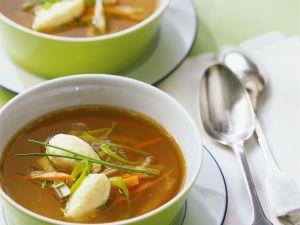 Gemüsebrühe mit Käsenocken Rezept