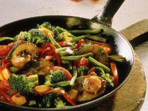 Gemüsepfanne mit Brokkoli und Auberginen Rezept