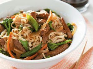 Gemüsepfanne mit Rind, Teriyaki-Soße und Eiernudeln Rezept