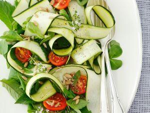Gemüsesalat mit Zucchini, Tomaten und Minze Rezept