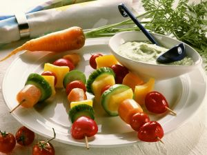 Gemüsestückchen am Spieß mit Kräuterdip Rezept