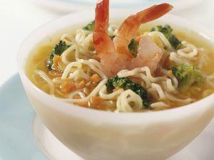 Gemüsesuppe mit Nudeln und Garnelen Rezept