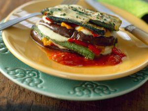 Gemüsetürmchen mit Mozzarella und Tomatensauce Rezept