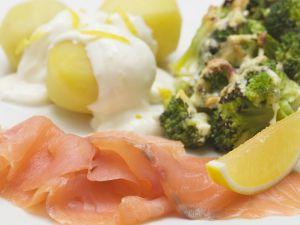 Geräucherter Lachs mit Kartoffeln, Zitronensoße und Brokkoliauflauf Rezept
