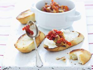 Geröstetes Brot mit Frischkäse und scharfer Tomatenmarmelade Rezept