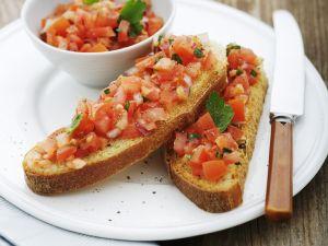 Geröstetes Brot mit würzigem Tomatenbelag Rezept