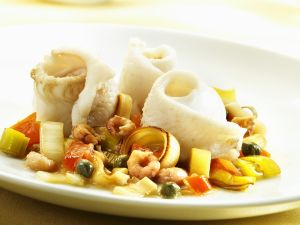 Gerollte Seezungenfilets mit Shrimps, Kapern, Porree und Tomaten Rezept