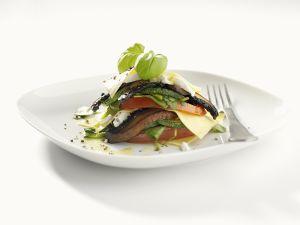 Geschichtete Antipasti aus Auberginen, Zucchini, Tomaten Rezept
