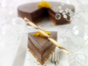 Geschichteter Schokoladenkuchen mit Keksen und Biskuit Rezept