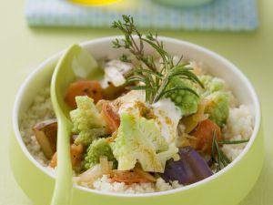 Geschmortes Gemüse mit Romanesco auf Couscous Rezept