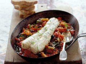 Geschmortes Seeteufelfilet auf Tomaten-Oliven-Gemüse Rezept