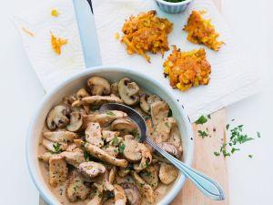 Geschnetzeltes mit Pilzen und Möhren-Mais-Puffern Rezept