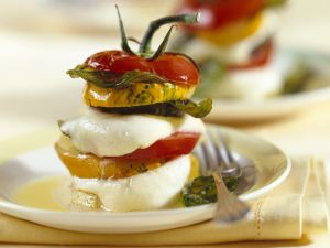 Gestapelter Tomaten-Mozzarella-Zucchini-Salat Rezept