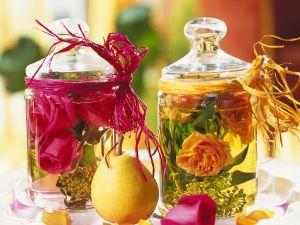 Glasgefässe mit Rosenwasser & Blüten Rezept