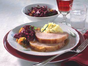 Glasierter Kasselerbraten mit Rotkohlsalat und Kartoffelschnee Rezept