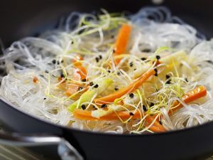 Glasnudeln mit Karotten und Sprossen Rezept