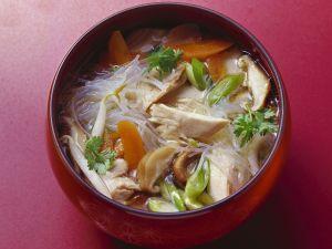 Glasnudelnsuppe Hähnchen, Pilzen und Gemüse Rezept