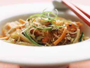 Glasnudelsalat mit Karotten und Gurke Rezept
