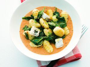 Gnocchi mit Tomaten-Gongonzola-Sauce und Spinat Rezept