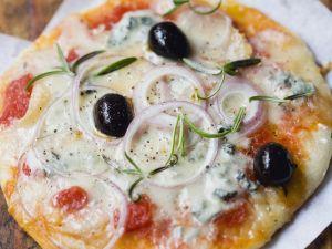 Gorgonzola-Pizza mit Zwiebeln, Rosmarin und Oliven Rezept