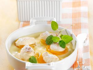 Gratinierte Aprikosen mit Marzipanfüllung auf Vanillecreme Rezept