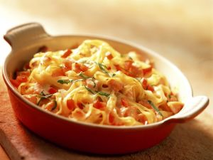 Gratinierte Nudeln mit Tomaten und Lachs Rezept