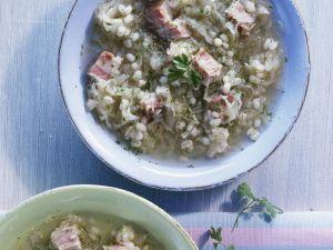 Graupen-Sauerkrautsuppe mit Schweinefleisch Rezept