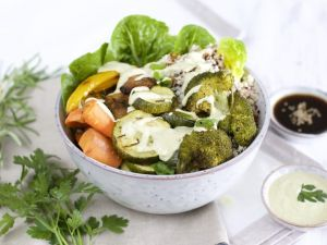 Green Bowl mit Caesar Salat Dressing