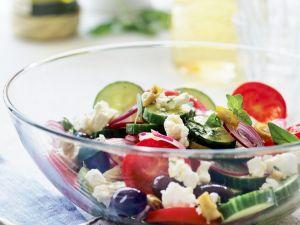 Griechischer Salat mit Feta und Oliven Rezept