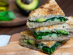Grilled Cheese Sandwich mit Avocado und Spinat